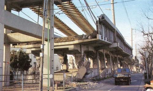 柱がせん断破壊し、レールが宙吊りになった山陽新幹線の阪水高架橋。兵庫県西宮市内で撮影(写真:日経コンストラクション)