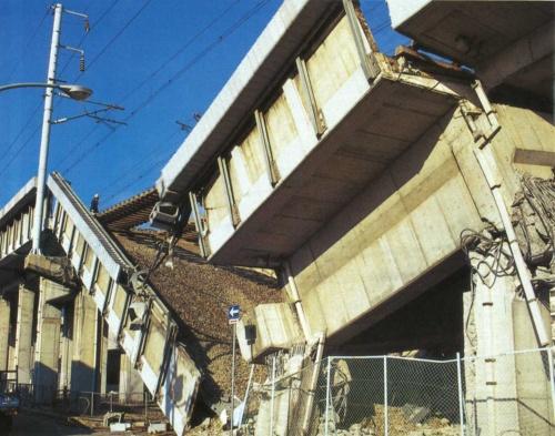 山陽新幹線の甲東園高架橋では、写真右手前に見えるラーメン橋脚の柱が倒壊したために、単純プレストレスト・コンクリート(PC)桁が落ちた。西宮市内で撮影(写真:日経コンストラクション)