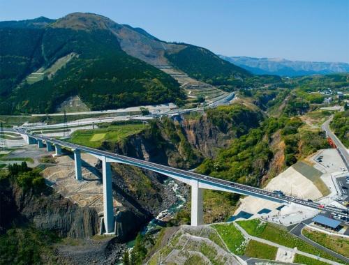 下流側から見た新阿蘇大橋。2021年3月7日に開通した。同年4月19日に撮影(写真:イクマ サトシ)