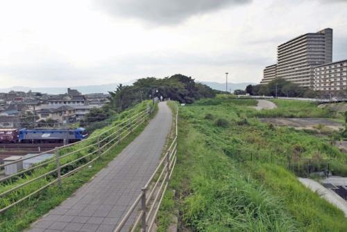 写真右手が旧河道。JR東海道本線の列車は旧河道の下をくぐり抜ける(写真:生田 将人)