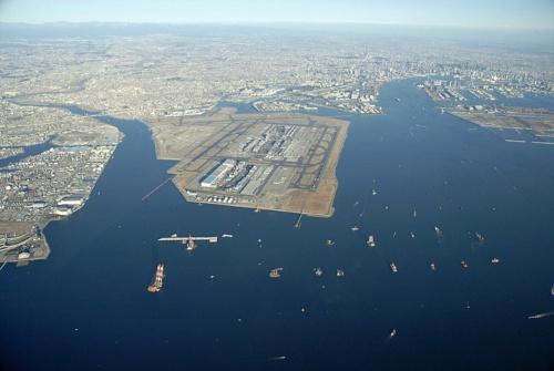 羽田空港D滑走路の施工初期の様子。写真手前の海面に新しい滑走路を造る。2008年2月撮影(写真:国土交通省)