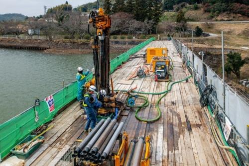 千本ダムの堤体天端(てんば)で進む工事の様子。2020年1月撮影(写真:大村 拓也)