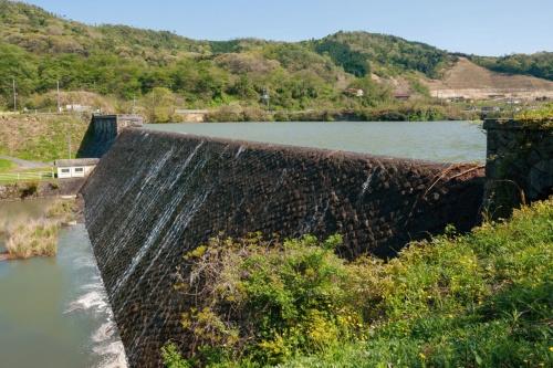 工事着手前の千本ダム。満水時に自然越流する。多くの石積みダムは石を水平に並べる「布積み」となっているのに対し、千本ダムは取水塔部を除いて石を斜めに積む「谷積み」だ。07年撮影(写真:大村 拓也)