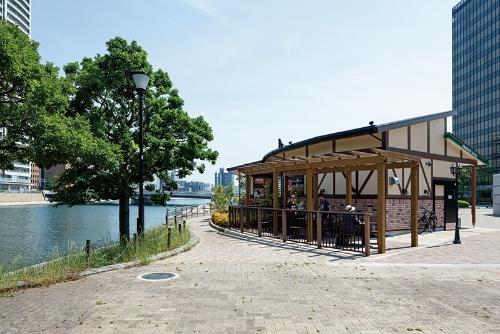 コメダ珈琲店の店舗のそばに、公園利用者が自由に使えるパーゴラ付きベンチや多目的トイレも整備した(写真:イクマ サトシ)