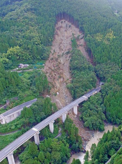 斜面崩壊によって高知道上り線の立川橋が流失した。写真手前の下り線は斜面から離れており、無事だった(写真:都築 安和)
