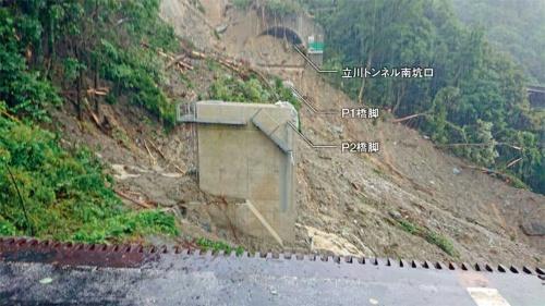橋桁などが流失した立川橋上り線(写真:嶺北消防本部)