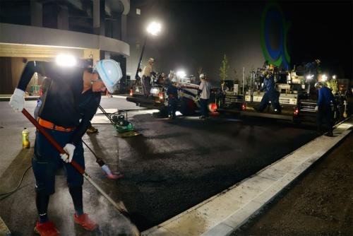 日本最大級となるGLPの物流拠点の外構部に採用された新開発の高耐久性舗装。2021年8月19日深夜に撮影(写真:安川 千秋)