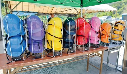 見学者用に10色のヘルメットをそろえた現場。SNS(交流サイト)への露出を意識した(写真:日経コンストラクション)