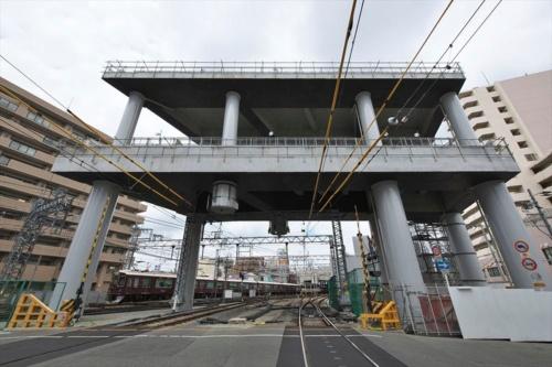 淡路駅のすぐ南側に立つ構造物。鋼・コンクリートの複合構造になっている。2019年7月撮影(写真:生田 将人)