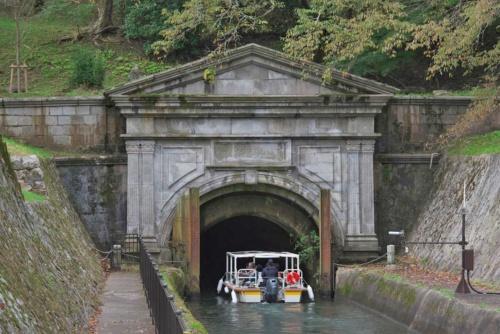 びわ湖疏水船の下り便は、大津乗下船場を出航してすぐ、1890年に完成した長さ2436mの第1トンネルに入る(写真:生田 将人)