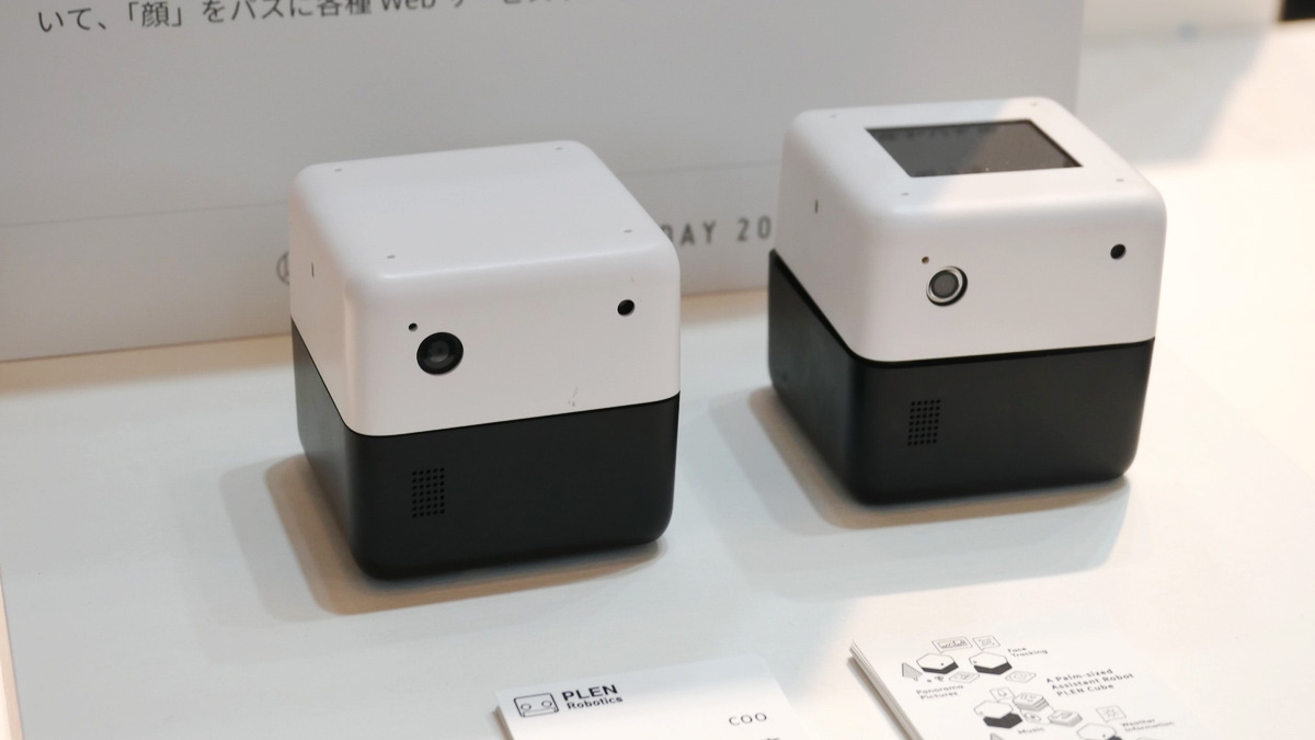 PLEN Roboticsの超小型コミュニケーションロボット「PLEN Cube」 (写真:安蔵 靖志)