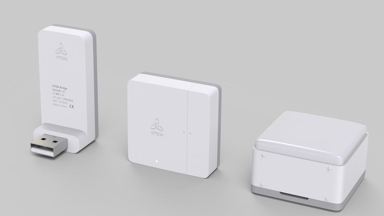 ATOM Camに接続して使う「ATOM Sensor」 背面に無線ドングルを接続、920MHz帯無線を介して開閉センサーや赤外線モーションセンサー(動きや明るさを検知)と接続できる。ドングルとセンサー2種類付きの1セット4000円で販売予定(出所:アトムテック)