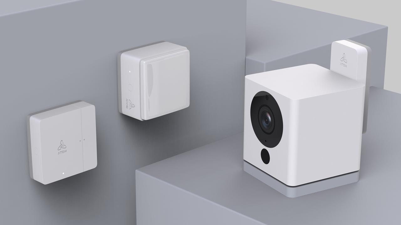 ATOM Camに接続して使う「ATOM Sensor」 無線ドングルはATOM Cam背面のUSBポートに接続して使う。1つのドングルに最大100台のセンサーを接続できる仕様で、直線距離約100m到達する920MHz帯の通信でセンサーと本体をつなぐ(出所:アトムテック)
