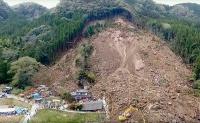長さ210m、最大幅110mにわたって崩壊した耶馬渓町の斜面。中央のV字崩壊した箇所から湧水が見られる。滑り面の深さは20m程度と推定する専門家も(写真:国土交通省)