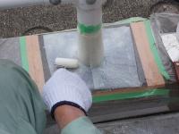 ネアック工法で防食したガードレールの柱脚。接着剤で不織布を貼り付けている(写真:小泉製麻)