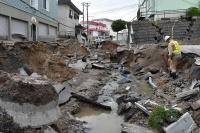 地震後に液状化した札幌市清田区里塚の道路。かつては水田などがあり、小河川が流れる谷を埋め立てて造成した地域に、被害が集中したもようだ(写真:日経コンストラクション)