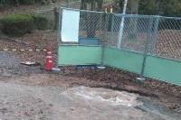 京都市左京区の宝が池公園内で掘削作業中、地下に埋設された配水管を損傷。配水管から水があふれ出た(写真:京都市)