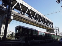 京都線梅田方(3工区)に出現したトラス桁。営業線の線路の真上に高架橋を構築する直上工法をとる(写真:大野 雅人)