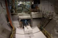 2016年9月時点の東行きトンネル掘削現場。この時点でシールド機は大井側の発進たて坑から約200m付近、渡海部目前の地点にあった。渡海部は最大土かぶりが7mと小さく、土質も軟弱なため、躯体の浮き上がり防止策でユニット化したプレキャストコンクリート床版を重量付加材として用いた(写真:日経コンストラクション)