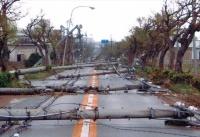 台風で倒壊し、通行の妨げとなっている電柱