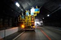 複数の作業台を装備しているE-マルチ点検車