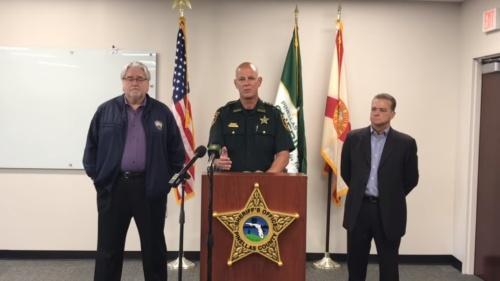 ボブ・ガルティエリ保安官(写真中央)などによる記者会見の模様
