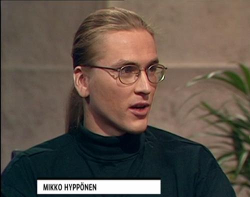 テレビの取材に応じるヒッポネン氏(1995年)