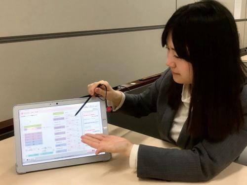 保険商品の見積もり機能を使った顧客提案シーンのイメージ