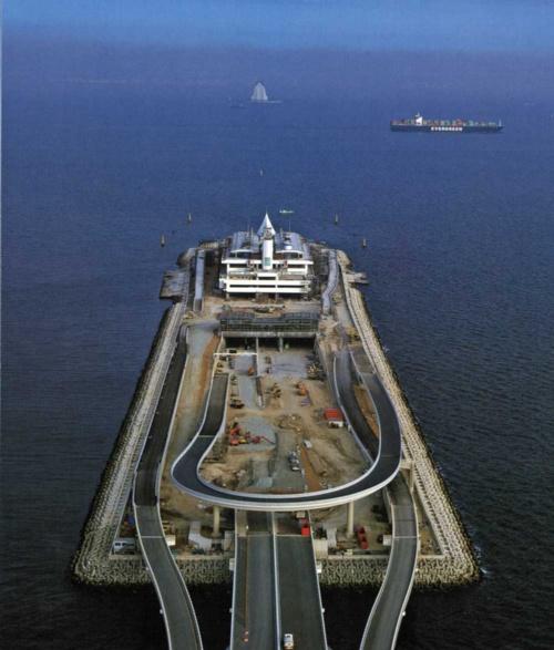 木更津人工島のトンネル入り口。正面奥の海上に白く見えるのは川崎人工島の換気塔(写真:三島 叡)