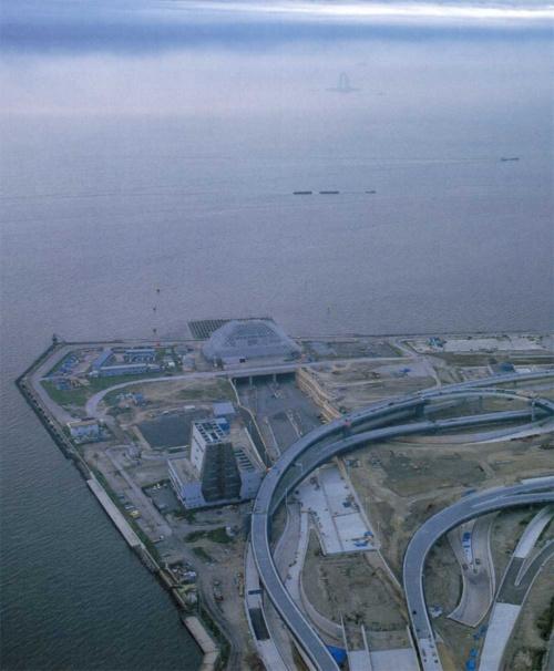 川崎側の浮島ジャンクション。写真上に川崎人工島の換気塔がかすんで見える(写真:三島 叡)