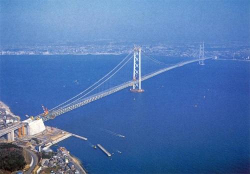 空から見た施工中の明石海峡大橋。左手前が淡路島。中央支間長が1990.8mに対して、側支間長は神戸市側が960.0m、淡路市側が960.3mで、橋長は3911.1m。96年12月撮影(写真:三島 叡)