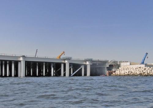工事終盤のD滑走路。写真左側の桟橋部と右側の埋め立て部を組み合わせたハイブリッド工法を採用した(写真:国土交通省)