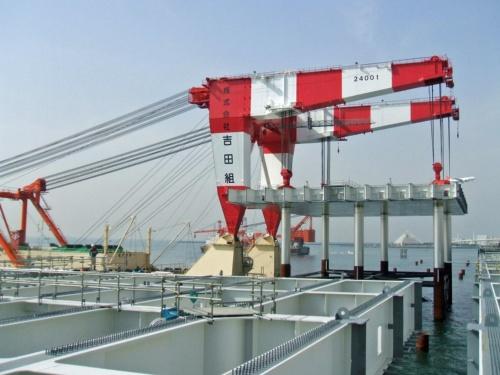 桟橋部の鋼製ジャケットを据え付ける。航空機の運航を妨げない低空頭起重機船を使った。2008年4月撮影(写真:国土交通省)