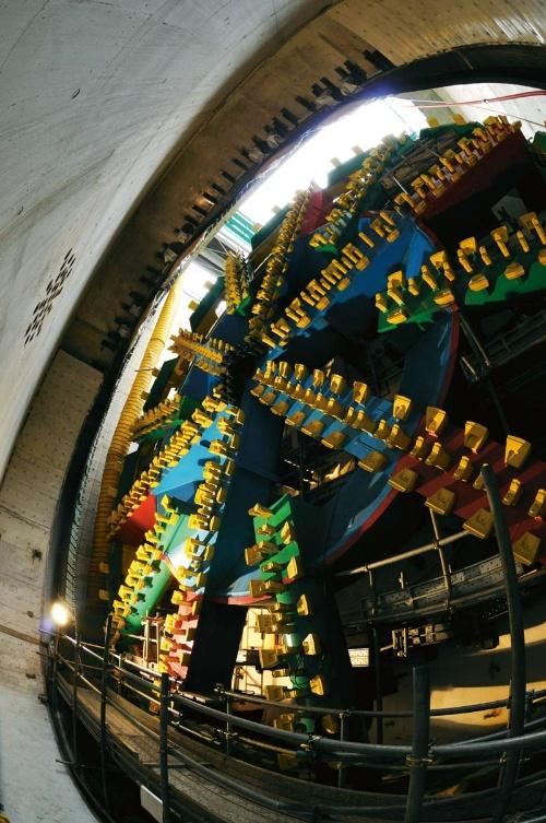 山手トンネルを掘進したシールド機のうちの1台。カッタービットは交換不要の高い耐久性を持たせたり、シールド機の内部から交換できるようにしたりと工夫した(写真:大村 拓也)