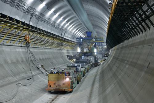 トンネルの外壁となるセグメントを運搬する様子(写真:大村 拓也)