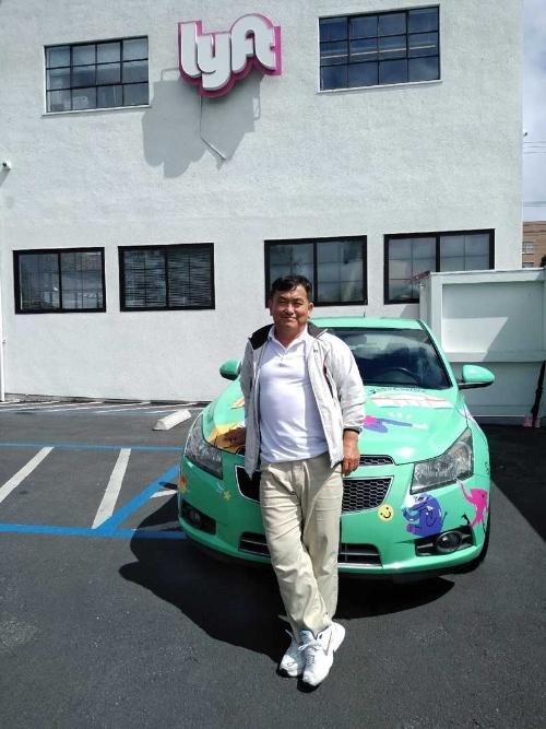 筆者とリフト本社のサービスセンター。車両はリフトの宣伝カー