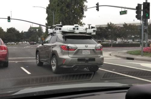筆者がシリコンバレーの道路で出くわしたアップルの自動運転車。やたらと多数のLiDAR(レーザーレーダー)を搭載している