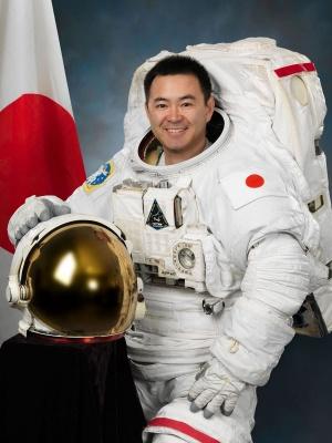 船外活動ユニット(EMU)を着用する星出彰彦 宇宙飛行士