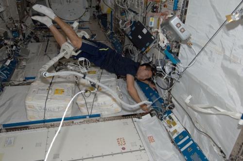 国際宇宙ステーション第32/33次長期滞在で、「きぼう」日本実験棟船内実験室の清掃を行う星出彰彦宇宙飛行士。撮影は2012年7月28日