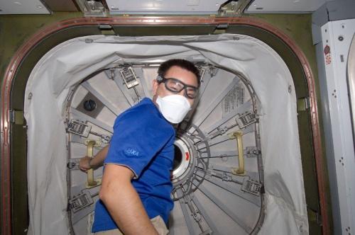 宇宙ステーション補給機「こうのとり」3号機(HTV3)の補給キャリア与圧部とISS間のハッチを開ける星出彰彦宇宙飛行士