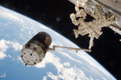 ISSのロボットアーム(SSRMS)で把持された宇宙ステーション補給機「こうのとり」6号機(HTV6)。前田氏がリードフライトディレクタを務めた