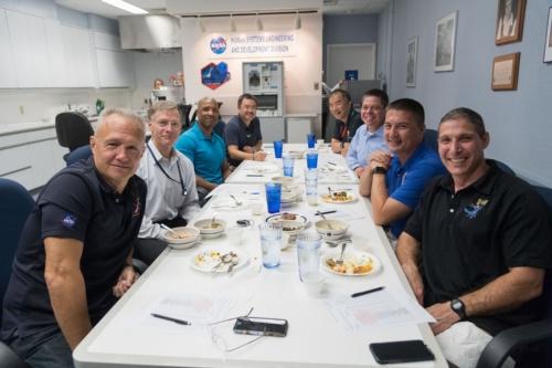 宇宙食の訓練において商業用搭乗員プログラムの宇宙飛行士らと試食を行う、星出彰彦(左の列奥)と野口聡一両宇宙飛行士(右の列奥)。NASAジョンソン宇宙センター(JSC)で