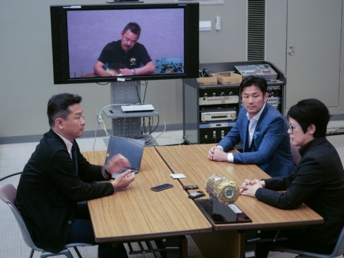 対談の様子。右奥が廣瀬氏、右手前が前田氏、左は神武氏。星出氏はテレビ会議でオブザーバーとして参加した。場所は茨城県つくば市にある、JAXAの筑波宇宙センター