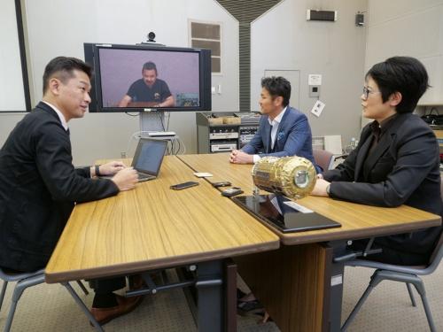 対談の様子。右手前が前田氏、右奥が廣瀬氏、左が神武氏。星出氏はテレビ会議でオブザーバーとして参加した。場所は茨城県つくば市にある、JAXAの筑波宇宙センター