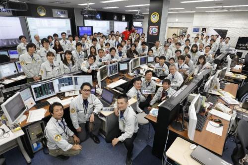 宇宙ステーション補給機「こうのとり」6号機(HTV6)のミッション成功を祝して記念撮影を行うHTV関係者。前田氏は中央付近にいる