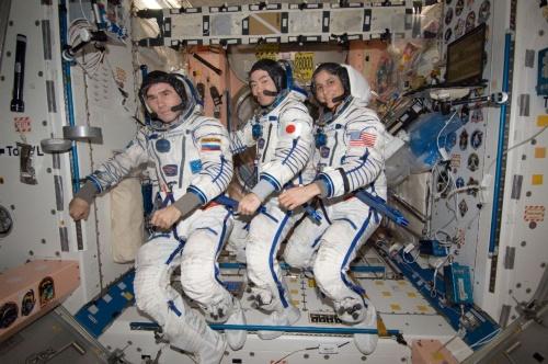 帰還に向けた準備を行う星出宇宙飛行士ら第33次宇宙ステーションの長期滞在クルー。左からユーリ・マレンチェンコ、星出彰彦、サニータ・ウィリアムズの各宇宙飛行士