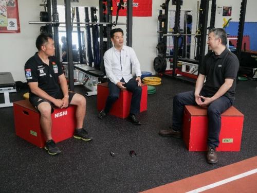 対談の様子。左から太田氏、神武氏、山方氏。場所は、サンウルブズが練習拠点にしている千葉県市原市の市原スポレクパーク内のトレーニング施設