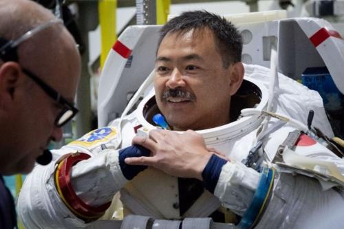 船外活動(Extravehicular Activity: EVA)訓練での星出彰彦宇宙飛行士 / NASAジョンソン宇宙センター(JSC) 無重量環境訓練施設(NBL) / 撮影日:2019年7月12日(日本時間)