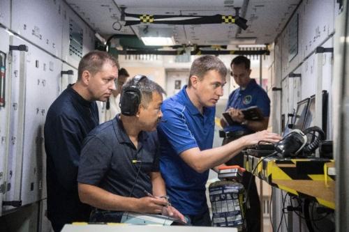 国際宇宙ステーション(ISS)の緊急事態対処訓練を行う星出彰彦、ニコライ・チーホノフ、アンドレイ・バブキン宇宙飛行士 / NASAジョンソン宇宙センター(JSC) / 撮影日:2019年7月11日(日本時間)