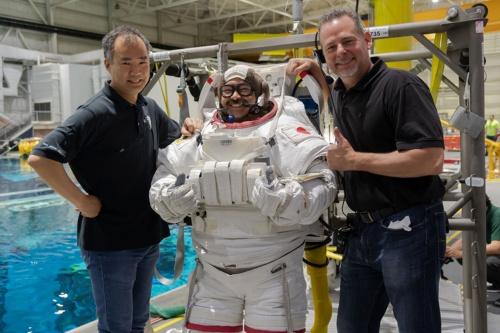船外活動(Extravehicular Activity: EVA)訓練での星出彰彦(中央)宇宙飛行士と野口聡一(左)宇宙飛行士 / NASAジョンソン宇宙センター(JSC) 無重量環境訓練施設(NBL) / 撮影日:2019年5月29日(日本時間)